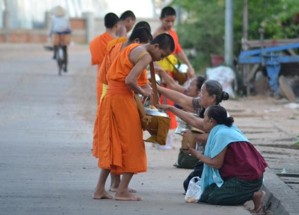 things-to-do-in-savannakhet-laos-monk-offerings